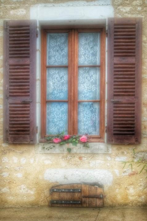 fenêtre et fleurs Irancy