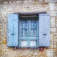 fenêtre volets bleus Irancy