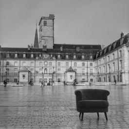 Le Fauteuil-Graphe de QuenT Photography, posé Place de la Libération à Dijon