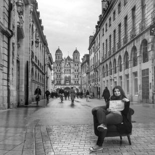 Les personnes en recherche d'emploi passe leur annonce, rue Rameau à Dijon dans le fauteuil de QuenT Photography