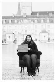 Les personnes en recherche d'emploi passe leur annonce, Place de la Libération à Dijon dans le fauteuil de QuenT Photography