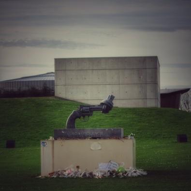 Pistolet noué de Alexanderplatz, Memorial de Caen extérieur