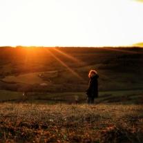 Femme au coucher de soleil Baulme la Roche