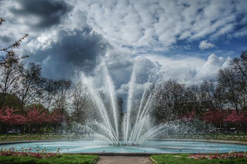 fontaine place Wilson ciel nuageux