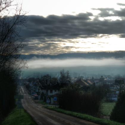 Lever du jour sur Pouillenay, encore dans la brume