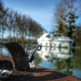 Mini Gaston regarde L'VIRIS passé sur le Canal de Bourgogne