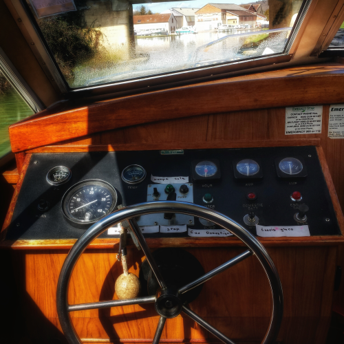 poste de pilotage intérieur bateau sans permis canal de Bourgogne