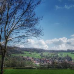 village niché dans les vallons de l'Auxois, canal de Bourgogne