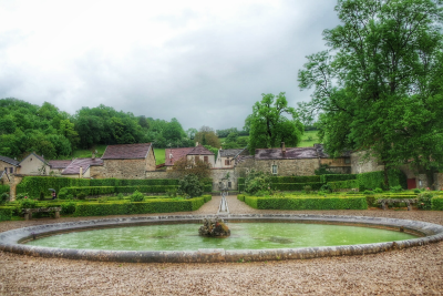 Bassin circulaire jardin château Bussy-Rabutin
