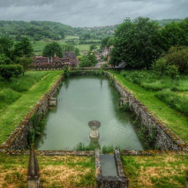 bassin dans le jardin du château de Bussy-Rabutin
